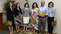 A ministra Laurita Vaz entregou condecorações e uma publicação aos familiares da juíza federal (Foto: SECOM STJ)